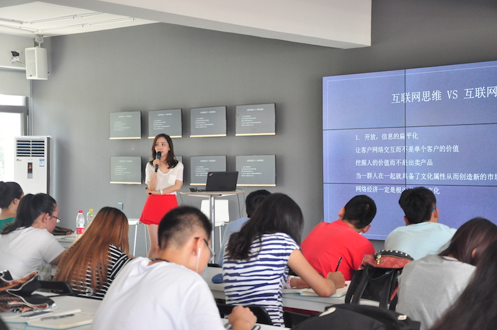 "Tang Sijing gave a lesson titled ""Video + E-commerce = ?"""
