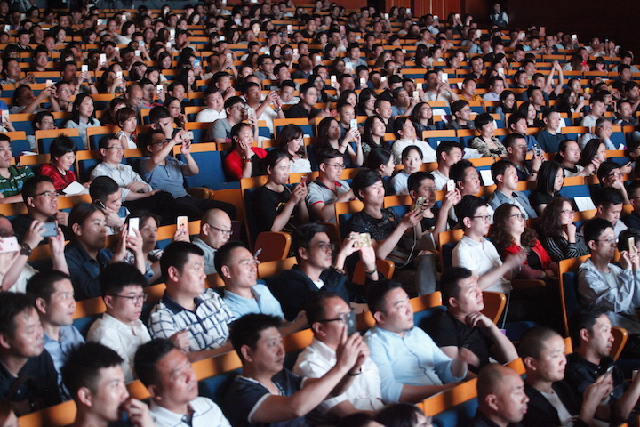 At the conference, the audience raised their mobile phones to participate in the on-site interactive buying activity